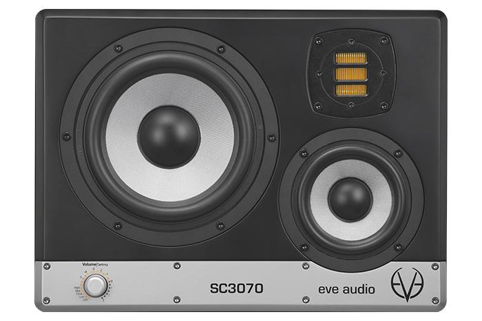 不同以往的水平延伸設計,在 SC3070 中採用垂直水平交握的排列設計,以提供更精準的凝聽效果。
